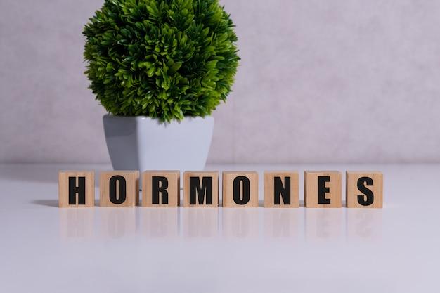 Hormona palabra escrita sobre un bloque de madera, concepto médico.