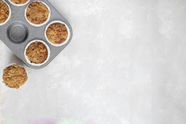 Horneado casero - magdalenas de manzana recién horneadas
