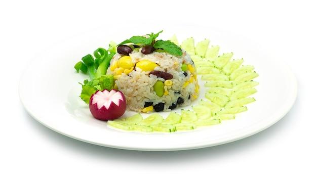 Hornear arroz con cereales frijoles veganos maíz y comida china cocida con ginko