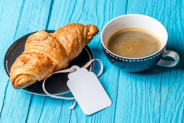 Hornear, café, tarjeta vacía en la mesa de madera