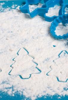 Hornear galletas y galletas. preparando para la navidad