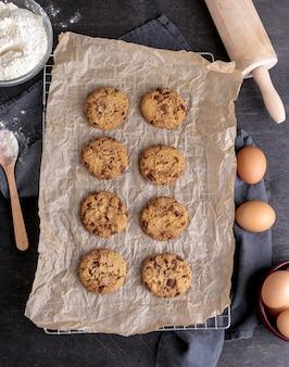 Hornear galletas en el horno