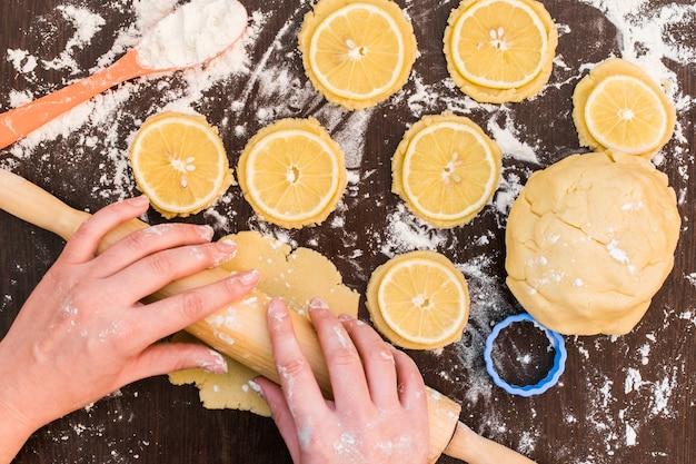 Hornear galletas de jengibre, galletas con rodajas de limón, galletas de limón