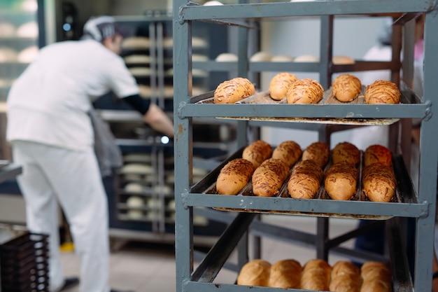 Hornear pan delicioso en la panadería.