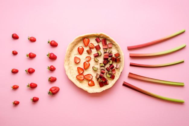 Hornear un pastel con fresas y ruibarbos