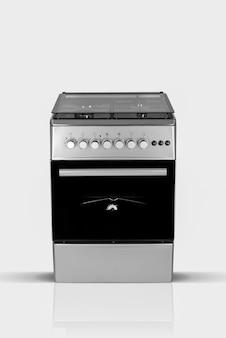 Horno de cocina doméstica moderna sobre un fondo blanco.