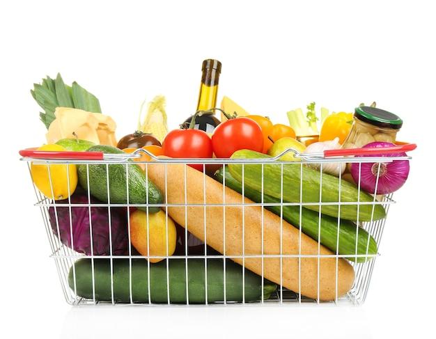 Hortalizas frescas y productos alimenticios en la cesta de la compra.