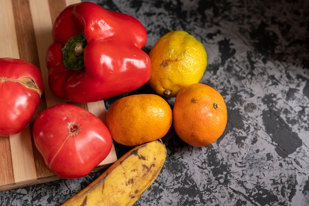 Hortalizas y frutas verdes y orgánicas feas del jardín.