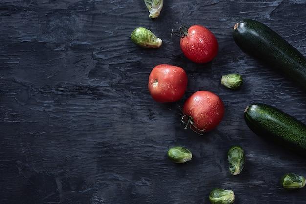 Hortalizas orgánicas en mesa de madera. vista superior