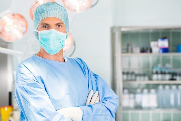 Hospital - cirujano médico en quirófano.
