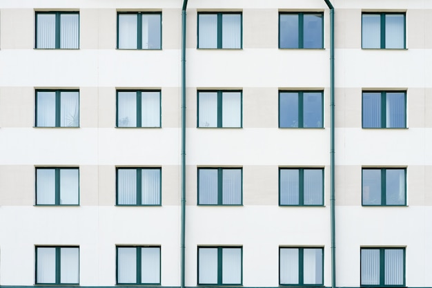 Hospital moderno o edificio del banco con ventanas verdes