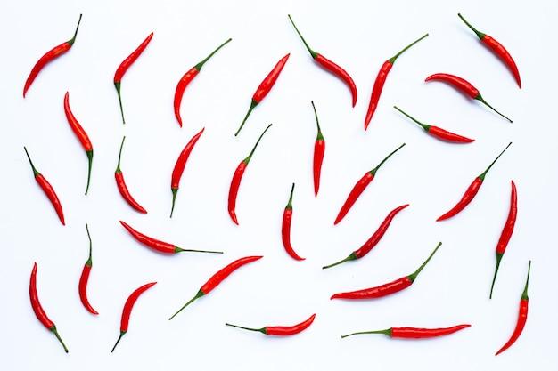 Hot chili peppers sobre fondo blanco.