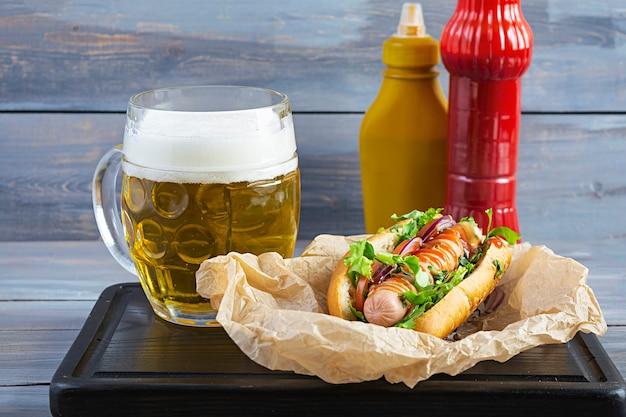Hot dog casero con salchicha sobre fondo de madera