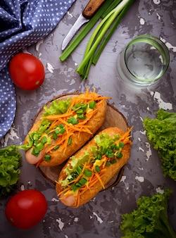 Hot dog con salchicha, zanahoria, cebolla, lechuga