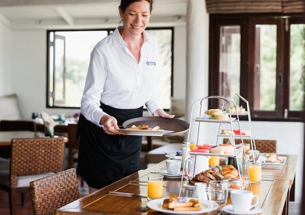 Hotel camarera que sirve comida