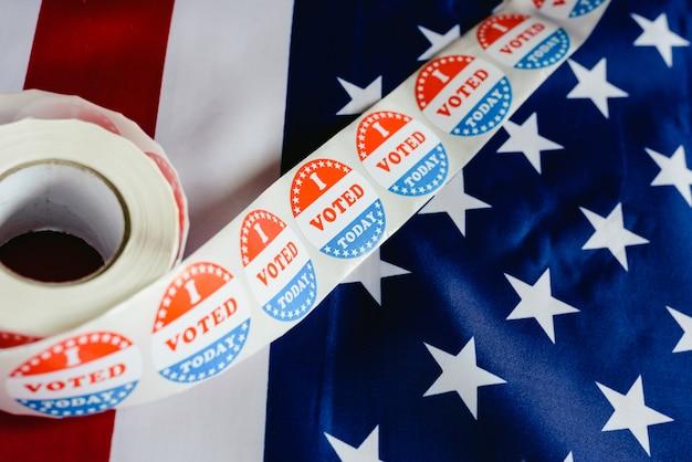 Hoy voté la pegatina, típica de las elecciones estadounidenses sobre bandera estadounidense.