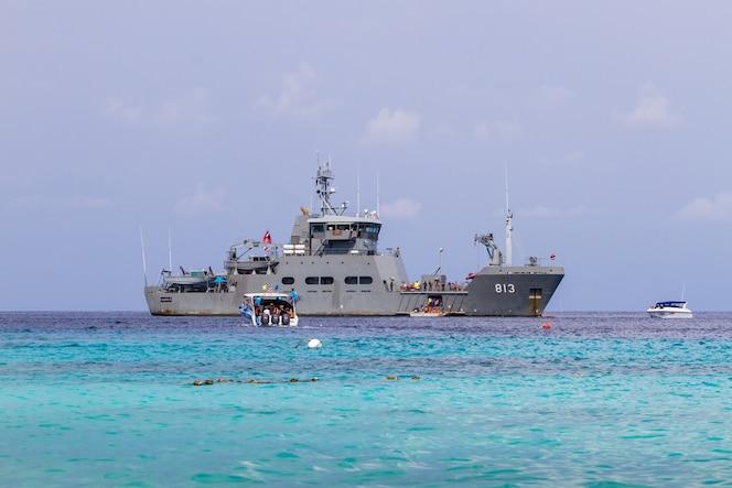 Htmspharuehatsa bodi 813 de la royal thai navy en el parque natural similan