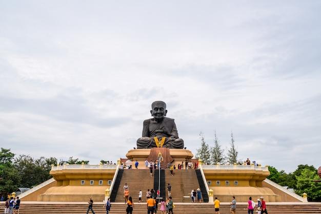 Hua hin, tailandia - 10 de diciembre de 2018: luang pu toad buddha statue en el templo de wat huay mongkol en thailland.