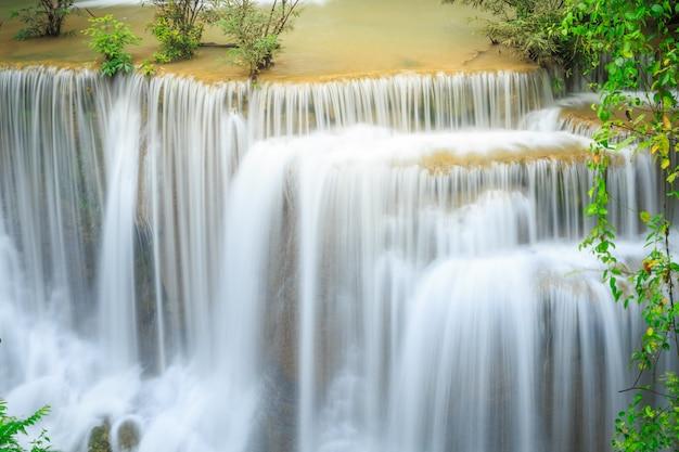 Huay mae kamin waterfall en khuean srinagarindra national park. la hermosa y famosa cascada en el bosque profundo, provincia de kanchanaburi, tailandia