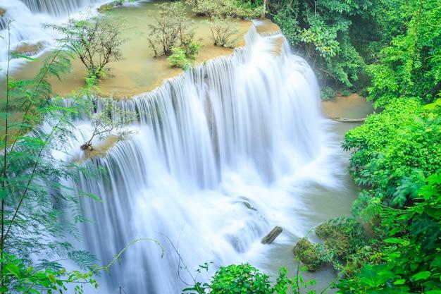 Huay mae kamin waterfall en khuean srinagarindra national park.
