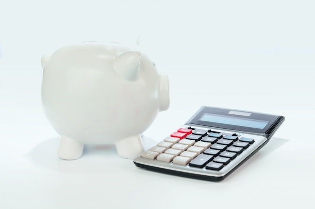 Hucha con calculadora en blanco