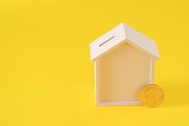 Hucha de casa de madera y bitcoin. concepto de comercio electrónico, compra de bienes raíces por concepto de criptomoneda, espacio para copiar texto