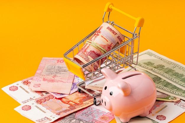 Hucha con dinero rublos rusos, dólares americanos y hryvnias ucranianas
