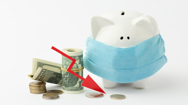 Hucha con máscara médica concepto de bancarrota