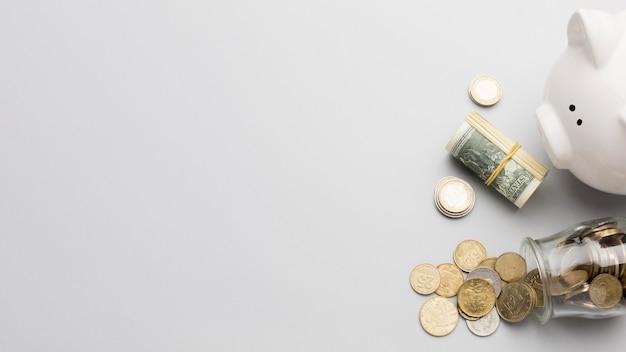 Hucha y moneda dinero copia espacio