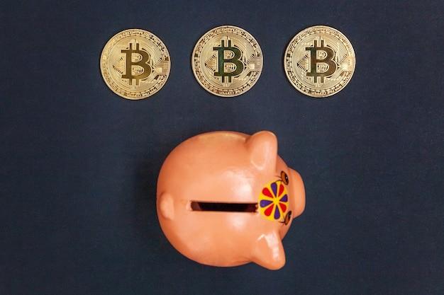 Hucha y moneda de oro bitcoin dinero virtual en mesa negra