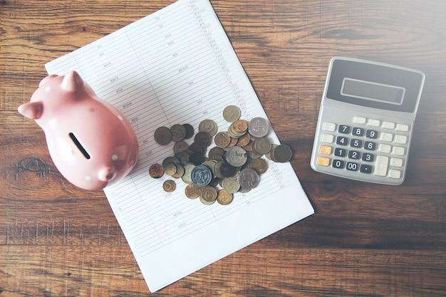 Hucha y monedas con calculadora