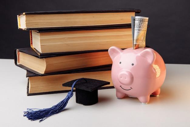 Hucha con pila de libros. universidad, posgrado, concepto de educación.