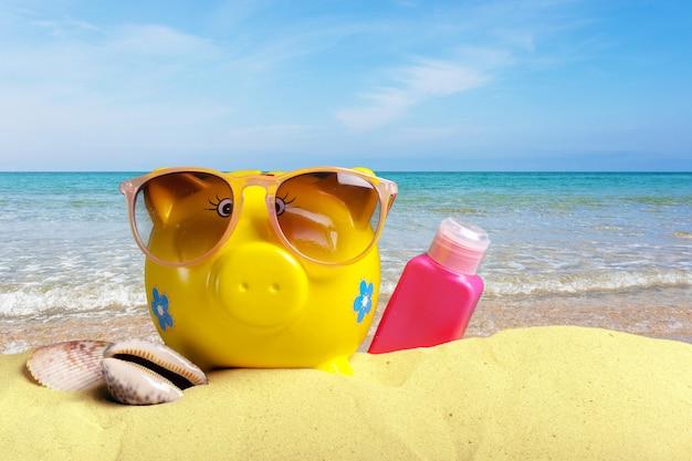 Hucha en la playa. concepto de ahorro de vacaciones