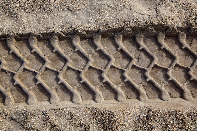 Huella de la rueda del coche huella de impresión en la arena de la playa