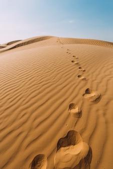 Huellas humanas en la arena del desierto.