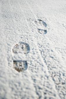 Huellas humanas en la nieve.