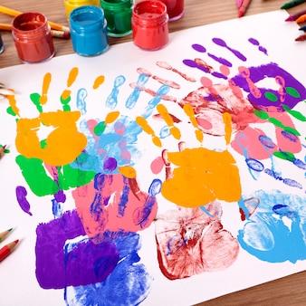 Huellas de manos y equipos de arte.