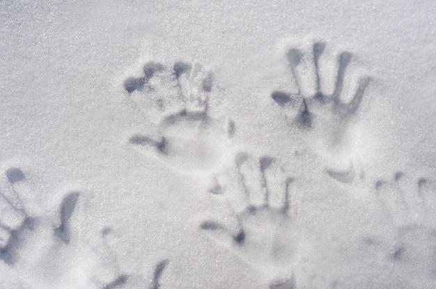 Huellas de manos en la nieve huellas digitales de familia en la nieve espacio de primer plano y copia