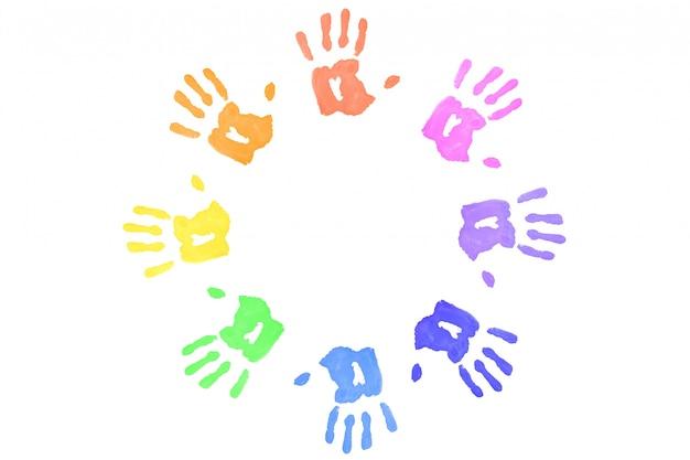 Huellas multicolores formando un círculo