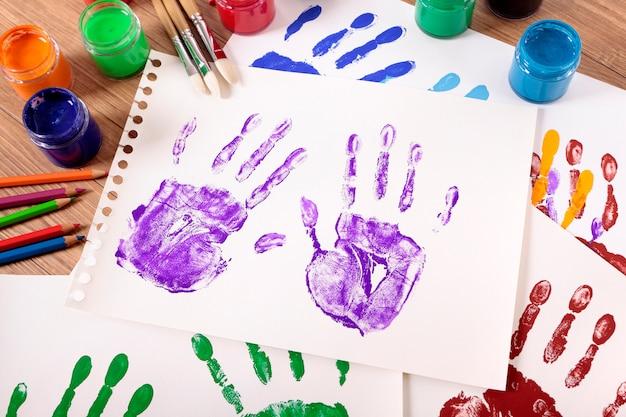 Huellas pintadas con equipamiento artístico