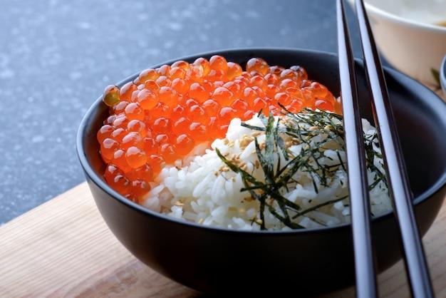 Huevas de salmón con arroz.