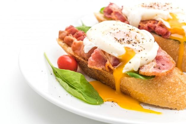 Huevo benedict sobre fondo blanco