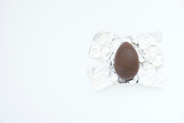 Huevo de chocolate en papel de aluminio.