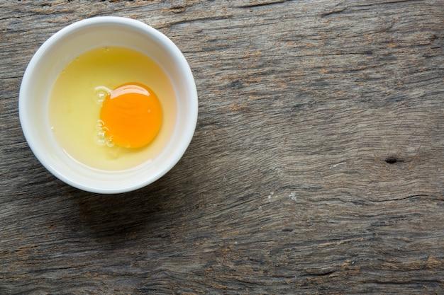 Huevo crudo en un cuenco