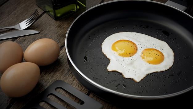 Huevo con dos yemas en forma de calavera