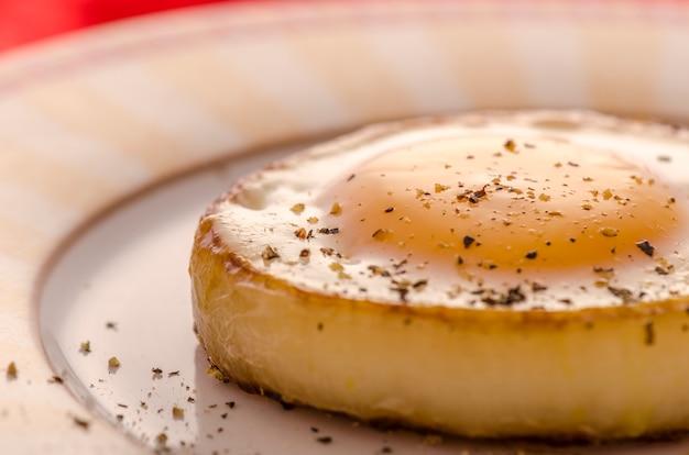 Huevo frito en un anillo de cebolla