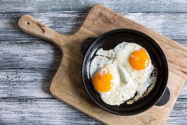 Huevo frito. cerrar la vista del huevo frito en una sartén