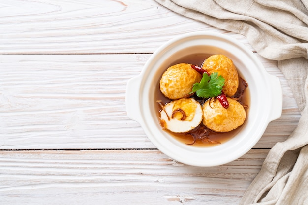 Huevo frito hervido con salsa de tamarindo