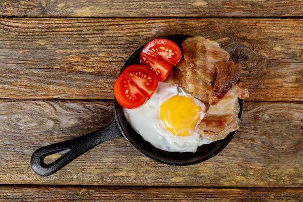 Huevo frito con huevos revueltos de carne