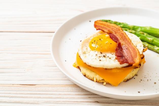 Huevo frito con tocino y queso en panqueque